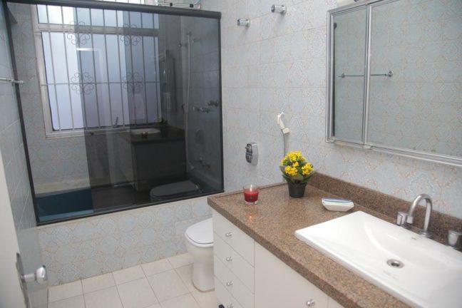 banheiro com banheira de hostel today